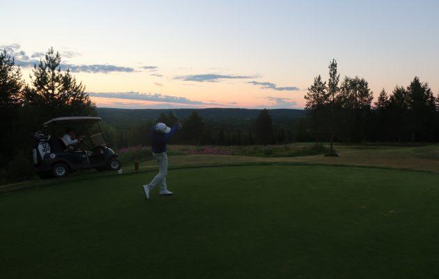 Yoshinobu Tsukada Santa Claus Golf Clubin 13:n avauksessaan torstaina kello 00.45