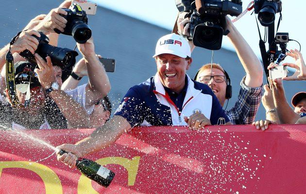 Phil Mickelsonilla on aiheita samppanjasuihkuihin myös Pariisissa ottelun lopputuloksesta riippumatta. Kuva Getty Images