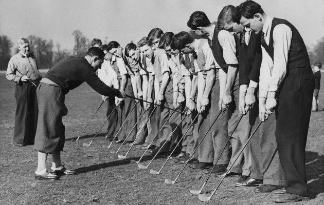Nuoria miehiä golfkoulussa Lontoossa 1948. Kuva: Getty Images.