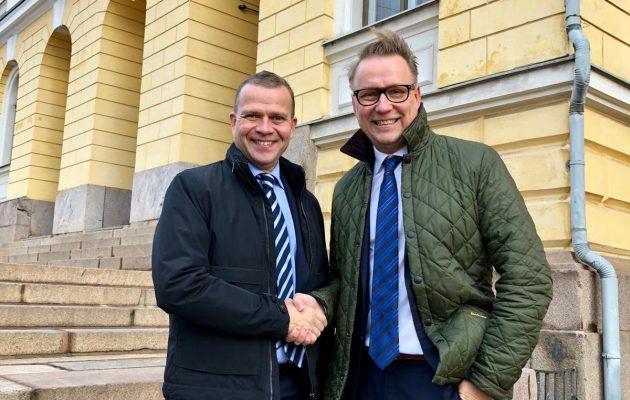Petteri Orpo (vas.) ja Mika Walkamo löivät torstaina kättä päälle.