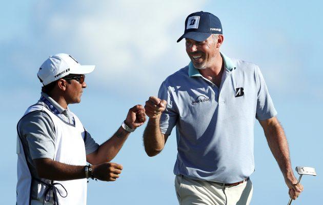 PGA Tourin entinen pelaaja väittää Matt Kucharin (oik.) maksaneen sijaiscaddielleen David Giral Ortizille (vas.) roposia Meksikon turnauksen voittopalkkiostaan. Kuva: Getty Images