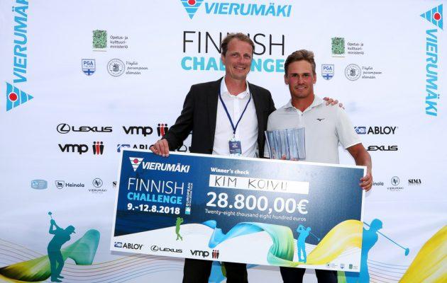 Kim Koivusta tuli viime vuonna Vierumäen CT-osakilpailun ensimmäinen suomalaisvoittaja. Palkinnon ojensi kisan promoottori Jan Ruoho.