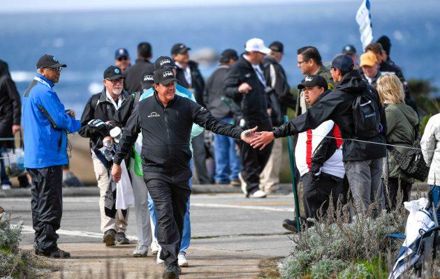 Phil Mickelson kuuluu Yhdysvaltain pidetyimpiin urhelijoihin. Ylävitosen heittelijöitä on riittänyt tälläkin viikolla Pebble Beachin kolmen kentän turnauksessa. Kuva: Getty Images