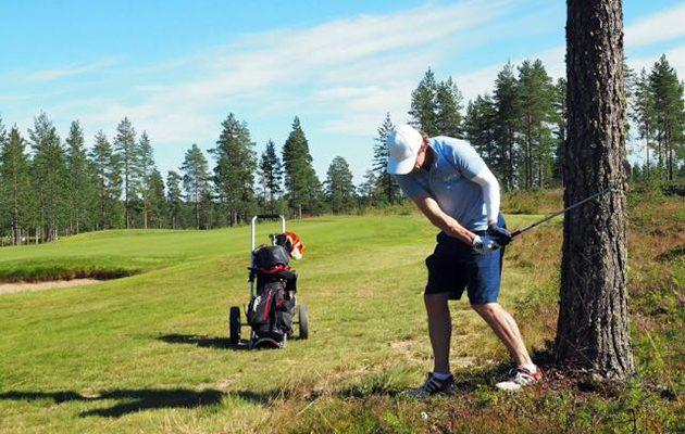 Jussi Jokinen palauttelemassa palloaan takaisin väylällä Sankivaaran maisemissa.