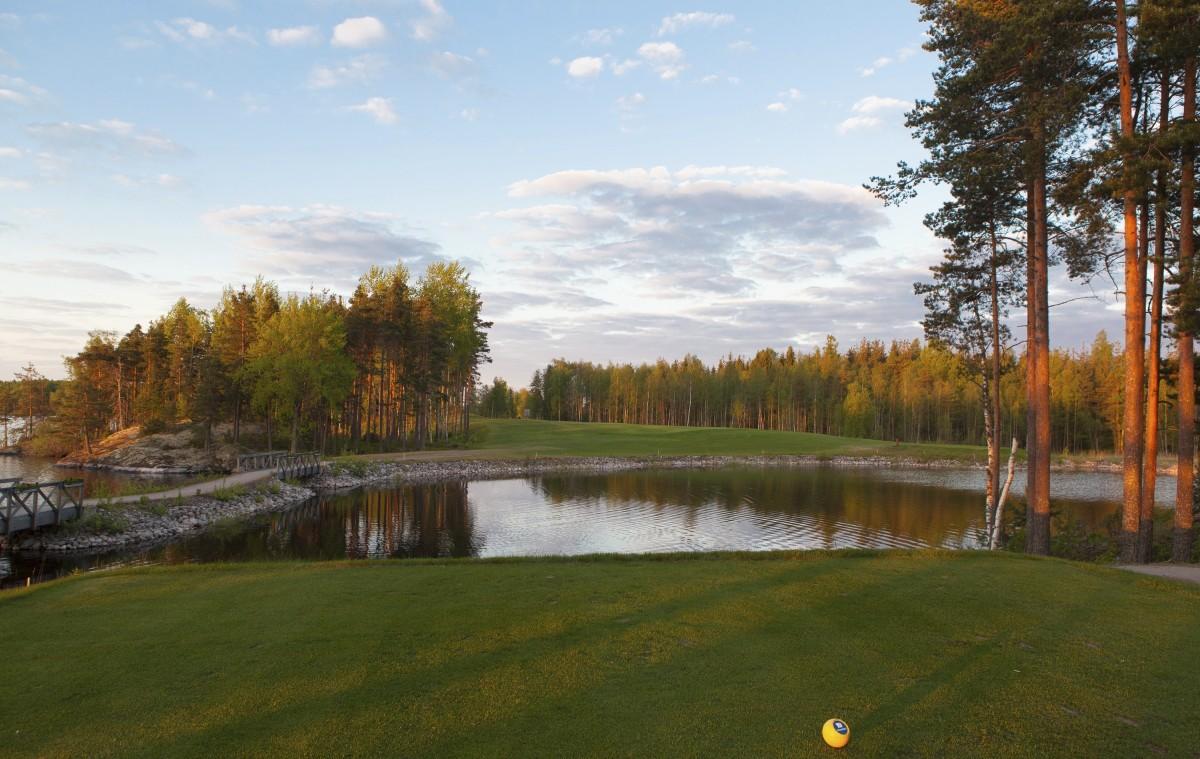Suomalainen ei kaipaa golfklubilla hienostelua ja juhlavuutta. Viipurin Golf oli ilmapiiriltään paras seura.