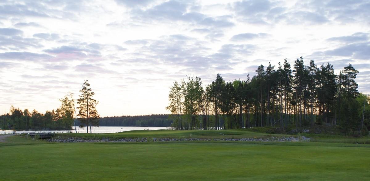 Viipurin Golfin Etelä-Saimaa viehättää järvimaisemineen.