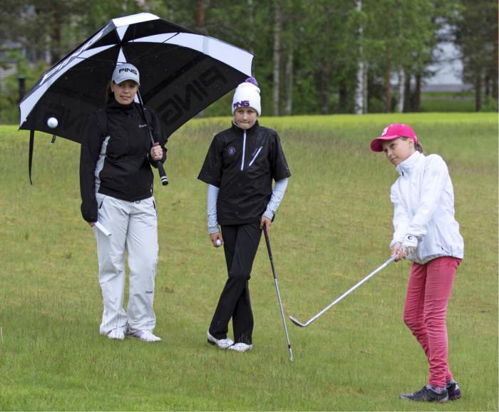 Emilia Torvinen (oik.) ja Reetta Teräväinen  kisailivat Talenttileirillä Vierumäellä. Valmentajan ammattitutkintoa suorittava Rosa Svahn seuraa tyttöjen toimintaa.