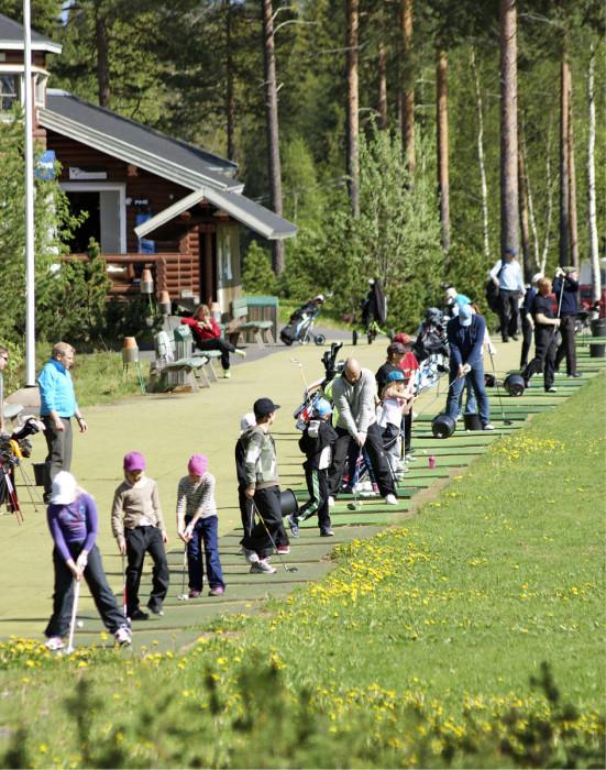 Vaikka junioreiden määrä on laskussa, ovat seurat onnistuneet houkuttelemaan yhä useamman mukaan ohjattuun toimintaan. Kuva Oulun Golfkerhon junnuharjoituksista.