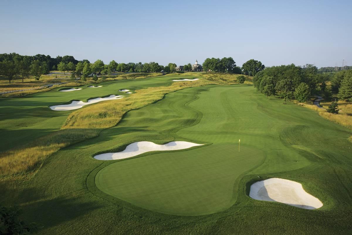 Avoin kannanotto. Ykkösväylä (409 m, par 4) näyttää uuden viheriöbunkkerin vuoksi erilaiselta kuin vuoden 2000 PGA Championshipissä.