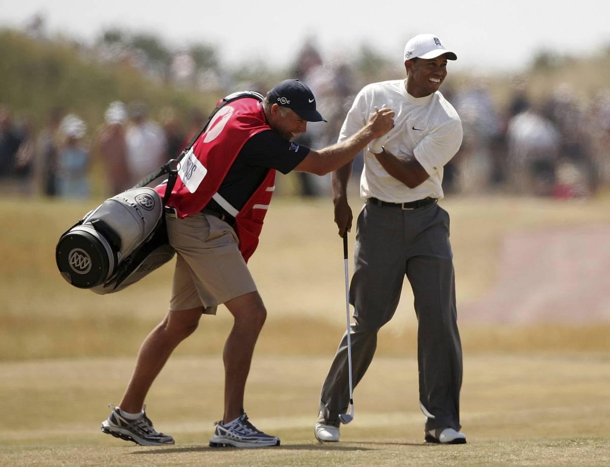 Tiger Woods juhli caddiensa Steve Williamsin kanssa toisen kierroksen 14:nnellä kierroksella syntynyttä eaglea.