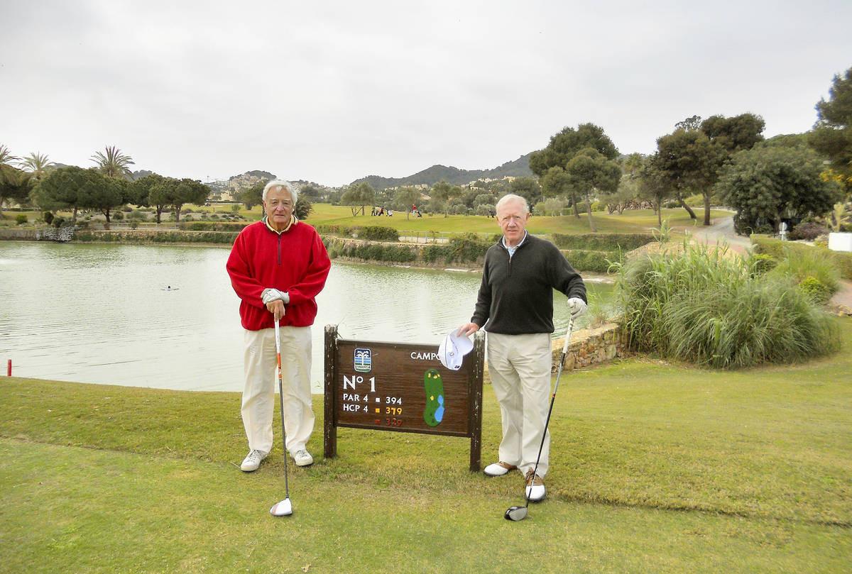 Raimo Waltasaari (vasemmalla) pelikierroksella ystävänsä George McMillanin kanssa Espanjassa huhtikuun alussa.