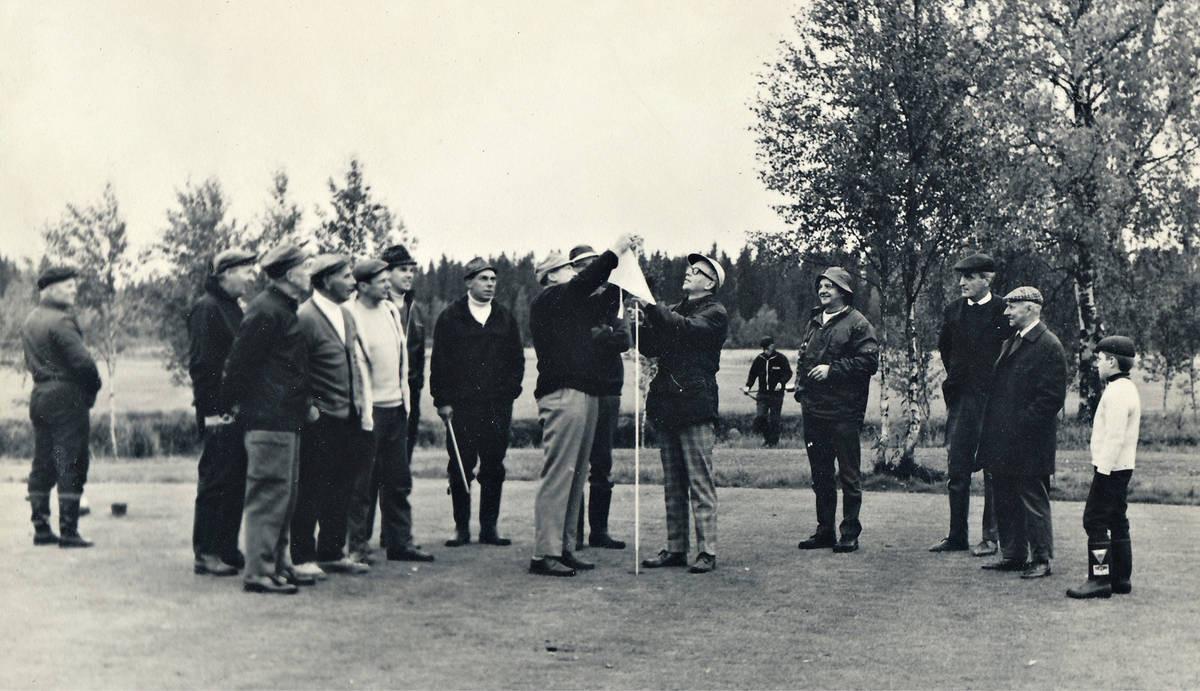 Kalle Örö ja Gustav Preuz lahjoittivat liput Oulun Golfkerholle.
