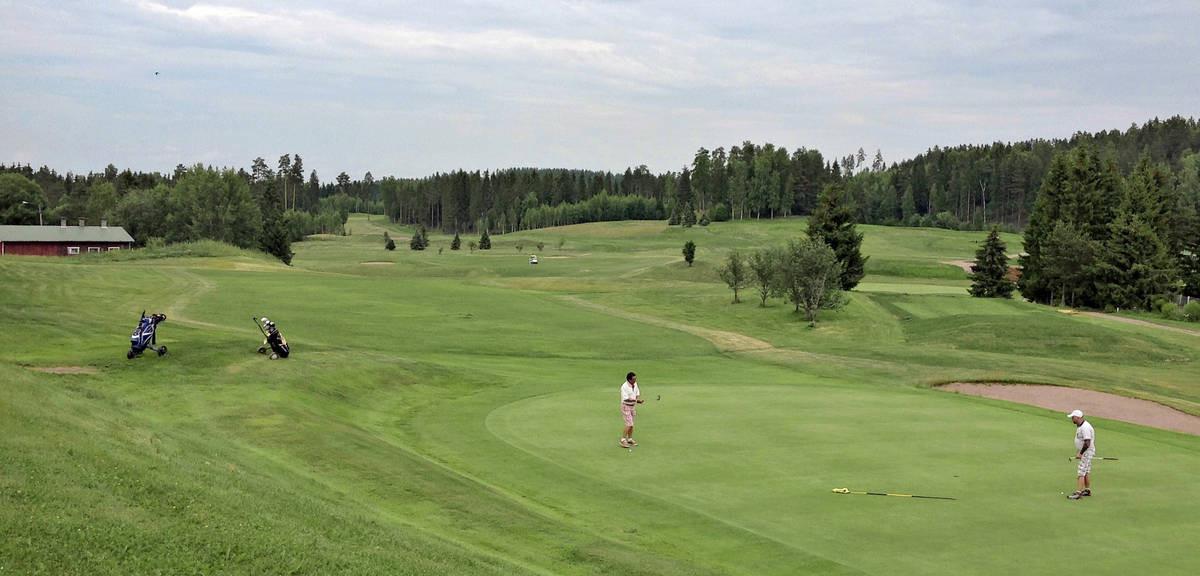 Nurmijärven puolelle laajentunut Lakiston kenttä avautuu klubitalolta  entistä kiehtovampana pelaajan silmien eteen.