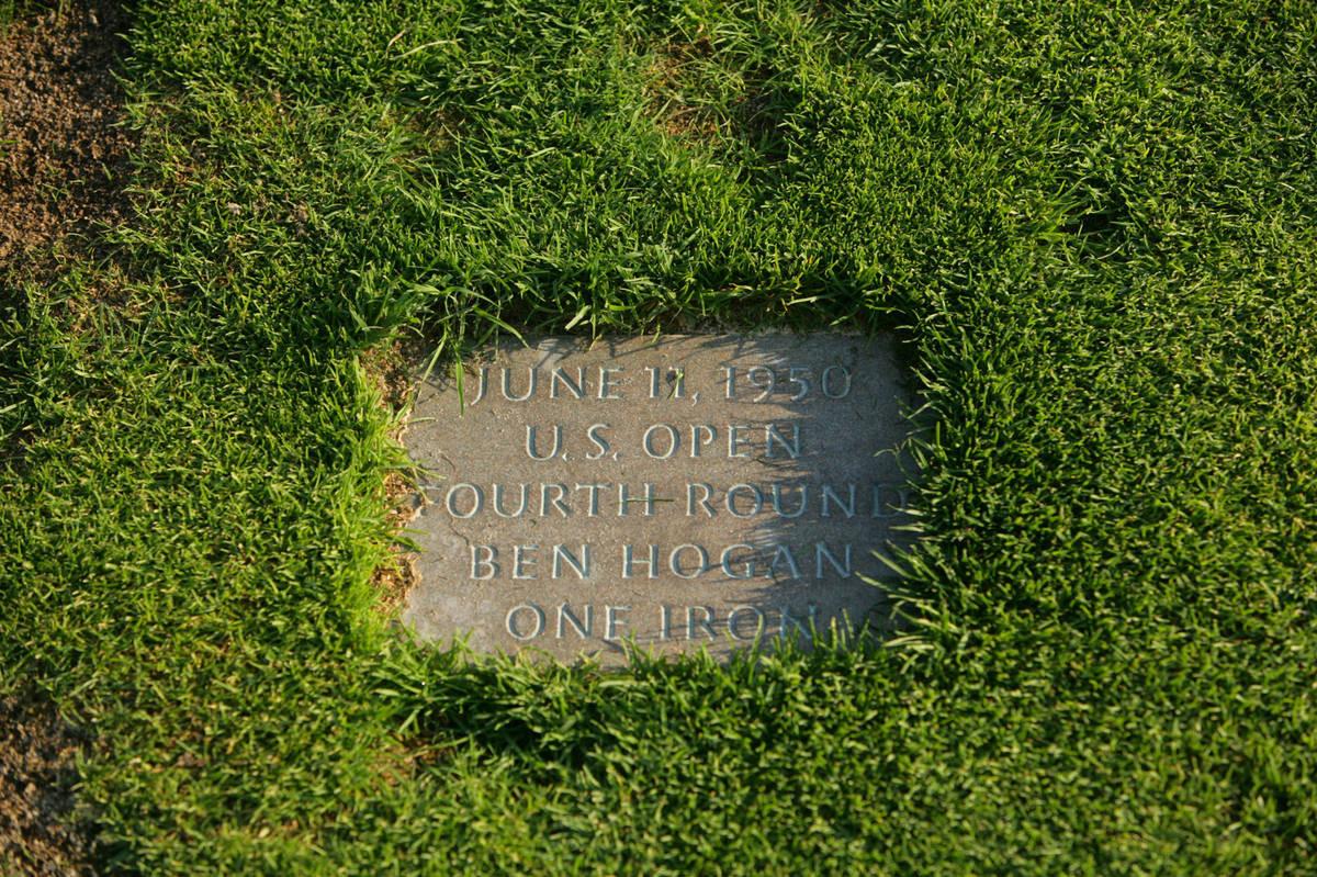 Ben Hogan löi rauta-1:llä 200 metristä keskelle viheriöitä ja lyöntipaikalla on muistolaatta.