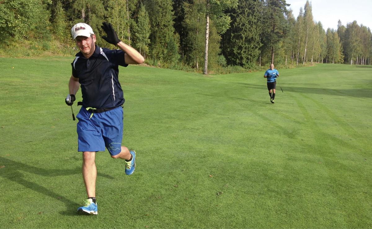 Janne Linnermo (etualalla) ja Mika Nieminen kiertävät varhaisina kesäaamuina täyden kierroksen alle tunnissa.
