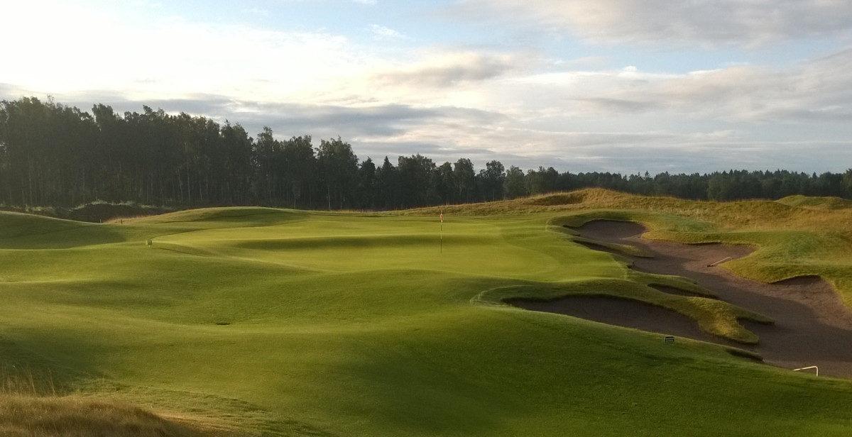 Tapiola Golfin lyhyen kakkosreiän griinillä on muotoja ja luonnetta.
