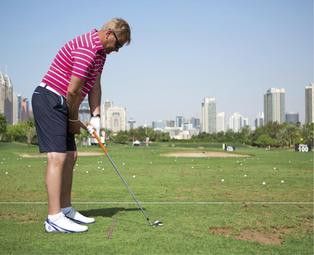 Alkuasennossa vasemman nyrkin ja vasemman reiden väliin tulisi mahtua oikea nyrkki sekä ulospäin osoittava peukalo.