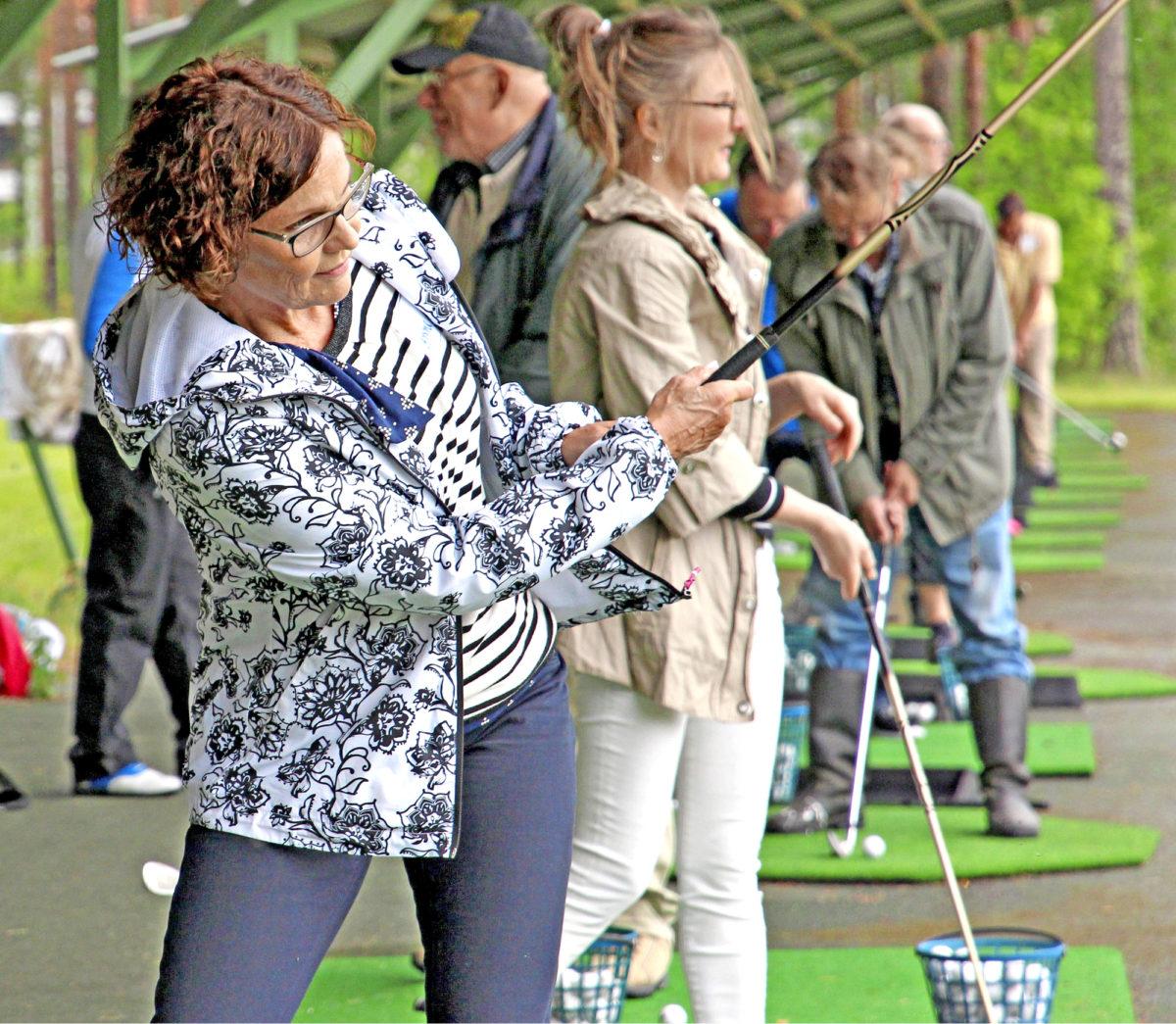 Anne Hirvonen kokeili Vierumäen rangella, miltä golfpallon lyöminen tuntuu.