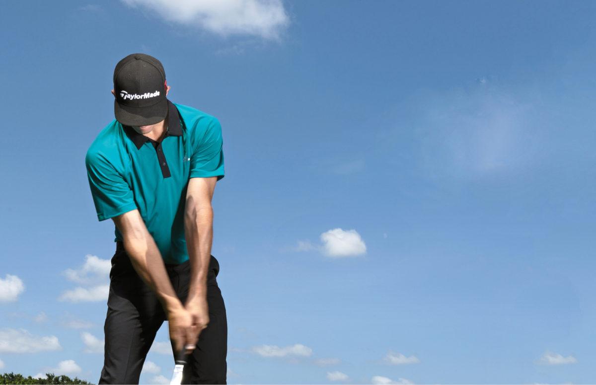 Minitoureilla pelaava Richard Trotter näyttää mallia, kuinka vasen käsi johtaa svingiä.