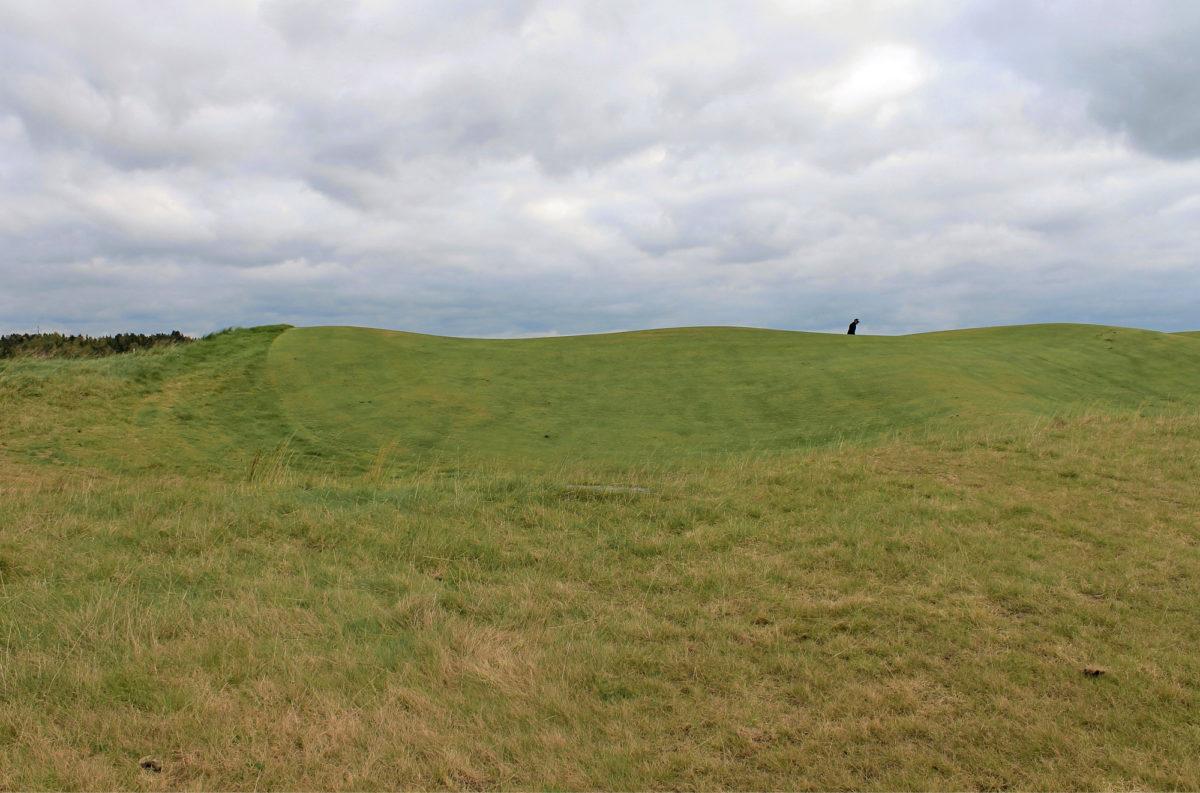 Tapiola Golfin kentällä on paljon kumpuja ja painanteita. Kentänhoidolle ne ovat melkoinen haaste.