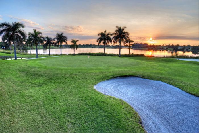 Aurinko laskee Okeechobee Golf & Country Clubin Floridalle tunnusomaisessa maisemassa.