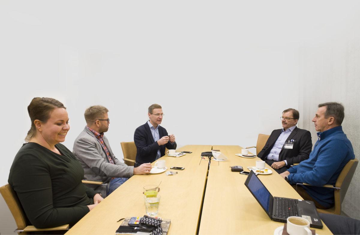 Hanna Hartikainen (vas.), Antti Hiltunen, Juha Korhonen, Jarmo Turtiainen ja Esa Meriläinen saman pöydän ääressä.