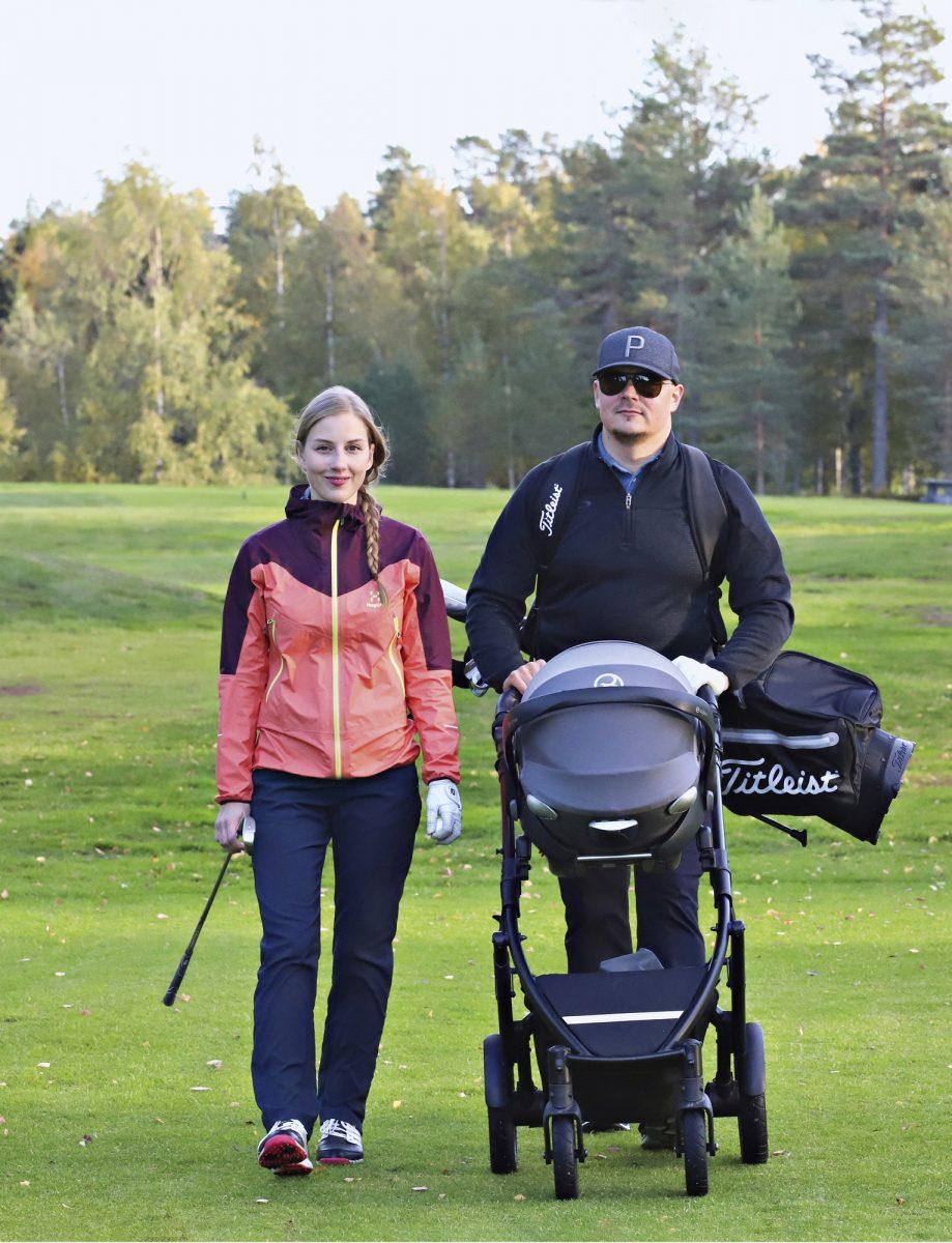 Kannaloiden golfkolmikko: Viivi-äiti, Pieti-isä ja tytär Senja.